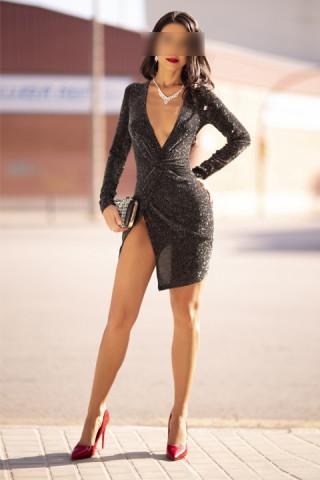 Escort morena elegante en vestido de gala