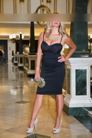 Mujer rubia como acompañante de lujo para eventos sociales de alto standing