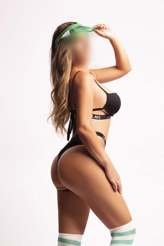jovencita sexy en tanga y calentadores