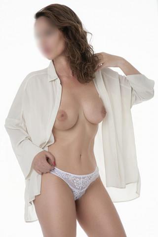 Chica natural delgada con tetas naturales
