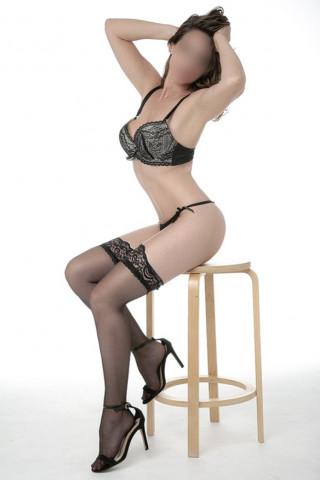 Chica posando en lencería sensual