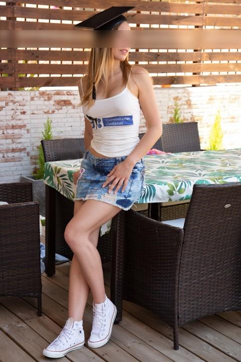 Rubia francesa guapa de cara con la camiseta de universitarias catalanas