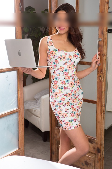 Chica con vestido casual y portátil